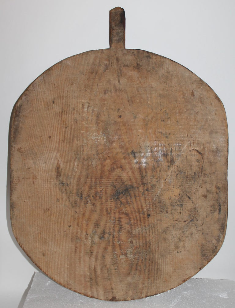 This fine early cutting board is in great condition with a fantastic patina. It was found in New England. Great hung on a wall or use as a serving cutting board.