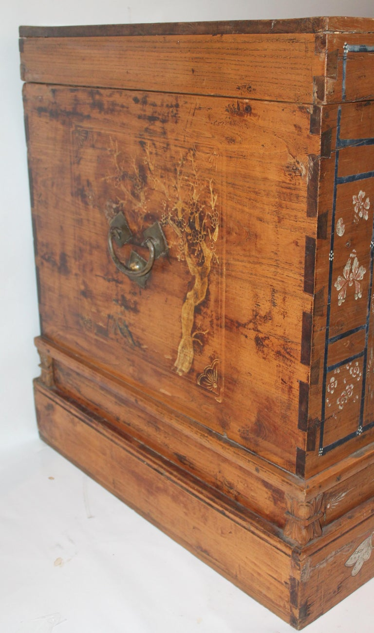 Early 20th Century Traditional Chinese Painted Trunk For Sale 3