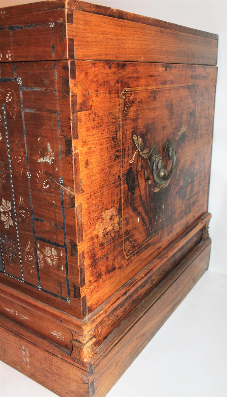 Early 20th Century Traditional Chinese Painted Trunk For Sale 4