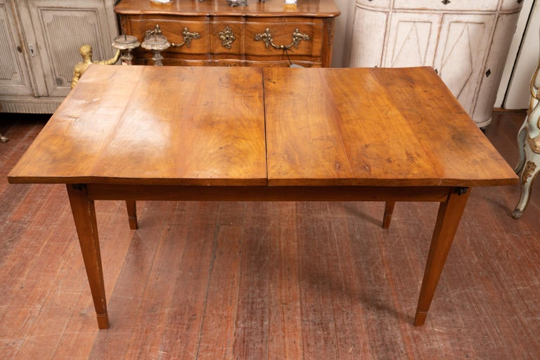 Early 19th Century Walnut Directoire Dining Table In Good Condition For Sale In New Orleans, LA