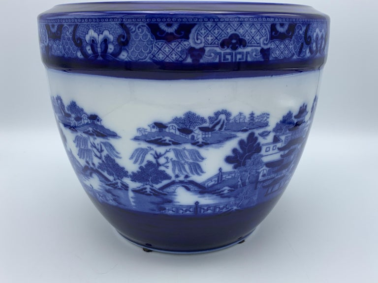 """Chinoiserie Early 20th Century Minton Blue and White """"Blue Willow"""" Porcelain Cachepot For Sale"""