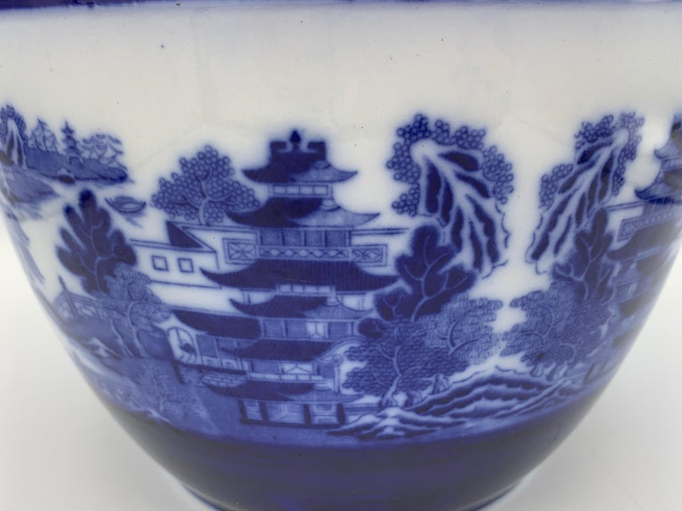 """Early 20th Century Minton Blue and White """"Blue Willow"""" Porcelain Cachepot In Good Condition For Sale In Richmond, VA"""