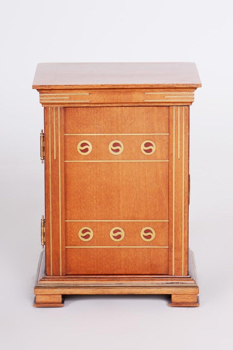 Art Deco jewelry box. Original very well preserved condition.  Period: 1920-1929 Source: Czechia (Bohemia) Material: Walnut.
