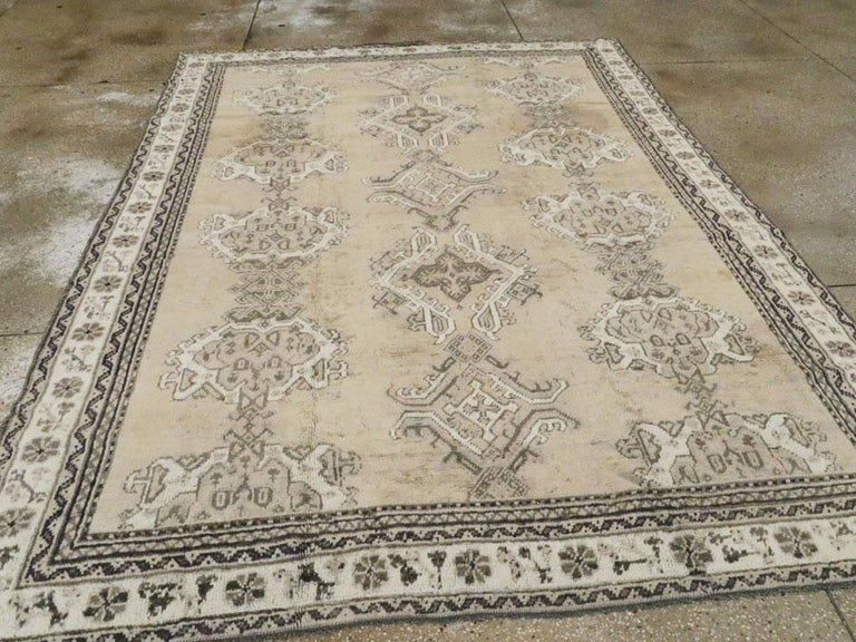 Early 20th Century Champagne Colored Turkish Handmade Oushak Carpet In Good Condition For Sale In New York, NY