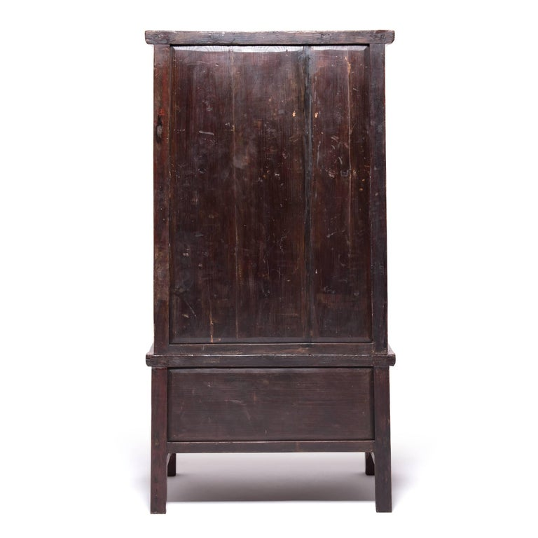 Early 20th Century Chinese Red Gilt Lacquered Cabinet In Good Condition For Sale In Chicago, IL