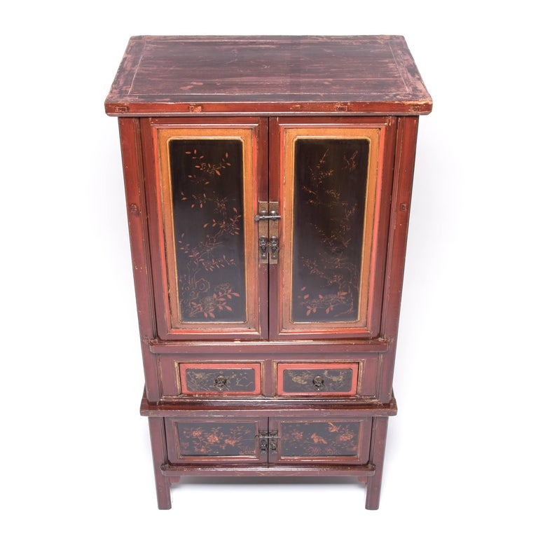 Early 20th Century Chinese Red Gilt Lacquered Cabinet For Sale 1