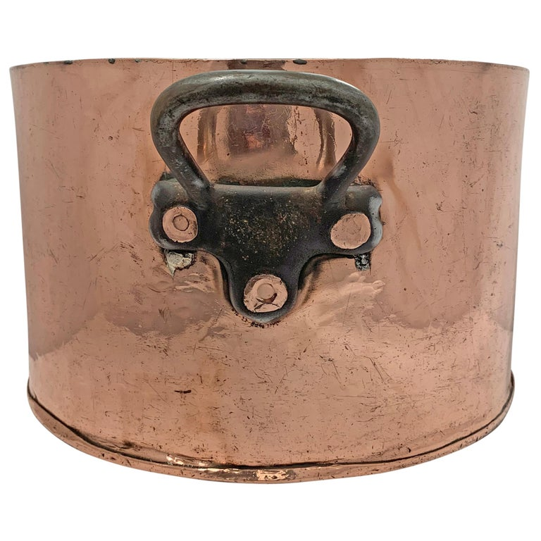 A grande early 20th century American 1.5 mm copper pot from the Hotel Taft, opened in 1926 at 152 West 51st Street in New York City. The pot has two iron handles and is marked