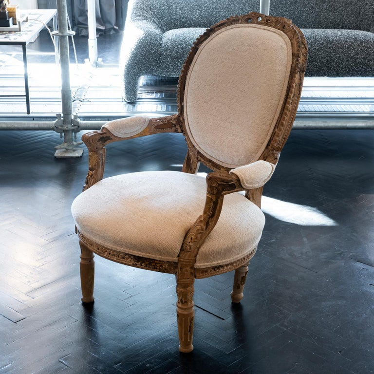 Early 20th Century French Carved Wood Armchair, Reupholstery Ivory Velvet In Good Condition For Sale In Firenze, IT