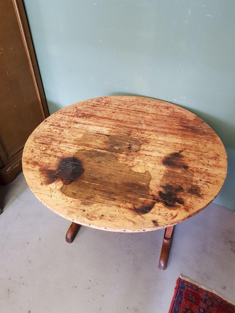 Old French wine tasting table in French table Vigneron, this is made of walnut and goes further in a good but often used condition. Originating from the 1st half of the 20th century.  The measurements are, Diameter 89.5 cm/ 35.2 inch. Height 69