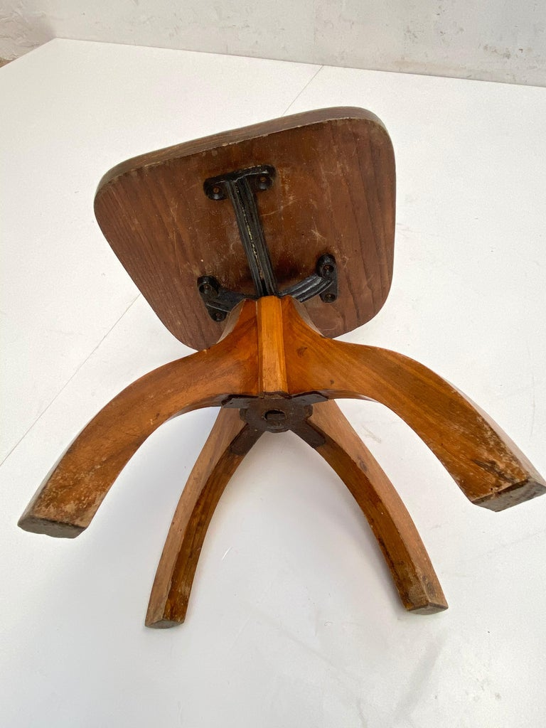 Early 20th Century Industrial Cast Iron and Solid Oakwood Swiveling Desk Chair For Sale 4