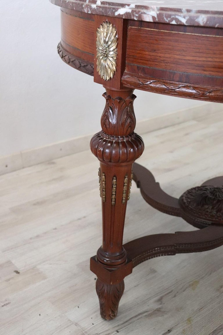 Early 20th Century Italian Carved Walnut Round Center Table with Red Marble Top In Good Condition For Sale In Bosco Marengo, IT