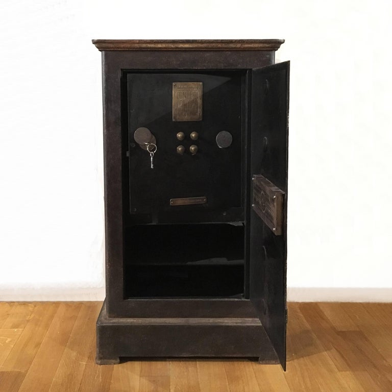 Early 20th Century Italian Cast Iron Safe from the Conte Di Savoia Ocean Liner In Good Condition For Sale In Firenze, IT