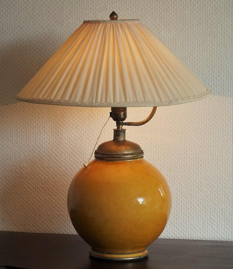 Anfang des 20. Jahrhunderts marokkanische handgefertigte Terrakotta und Messing Tischlampe, signiert 2