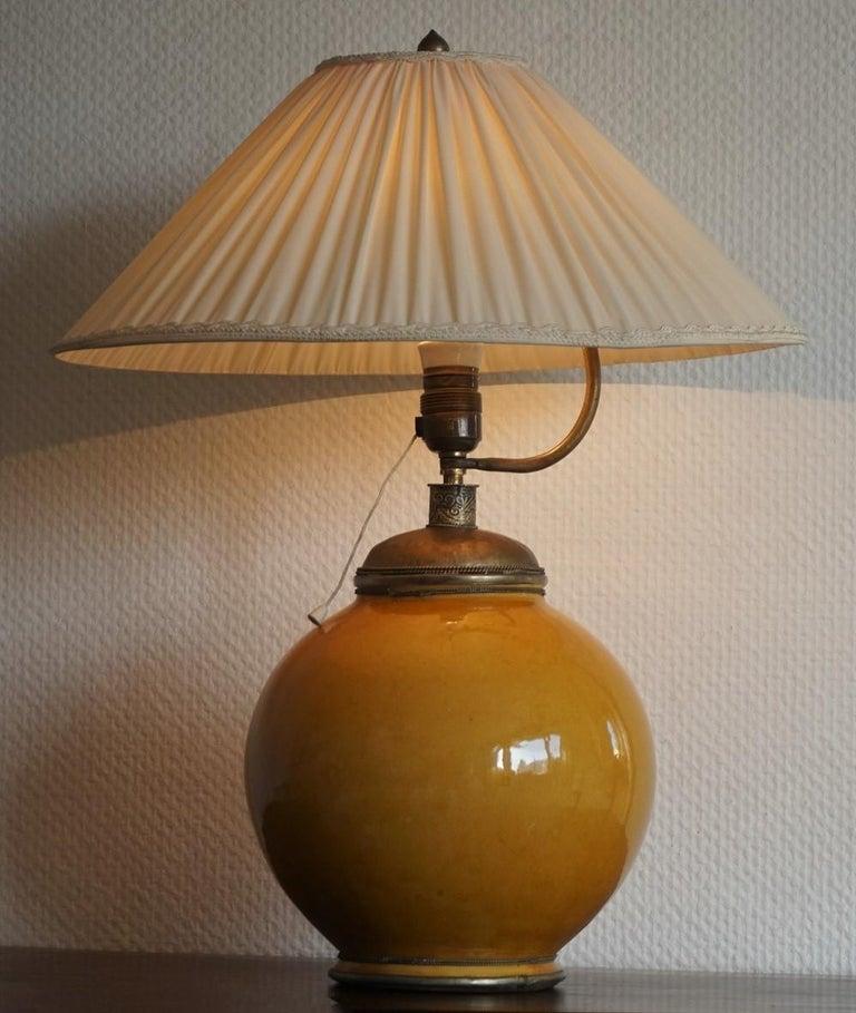 Anfang des 20. Jahrhunderts marokkanische handgefertigte Terrakotta und Messing Tischlampe, signiert 4