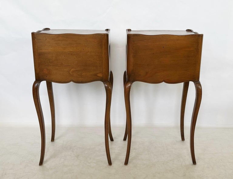 Early 20th Century Pair of French Louis XV Style Commodes/Nightstands For Sale 3