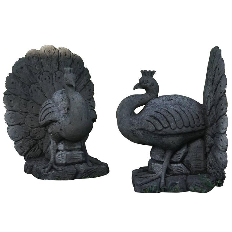 Hand-Carved Early 20th Century Pair of Italian Garden Peacocks in Limestone For Sale