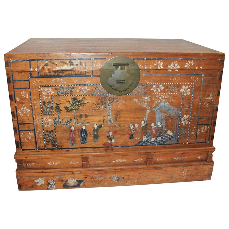 Early 20th Century Traditional Chinese Painted Trunk For Sale