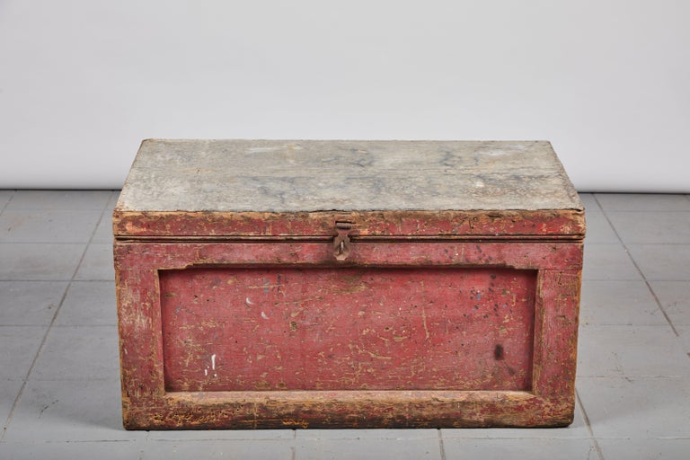 Early American Rustic Trunk with Zinc Top In Good Condition For Sale In Los Angeles, CA