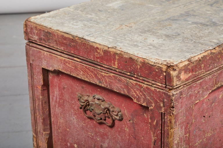 Early American Rustic Trunk with Zinc Top For Sale 3
