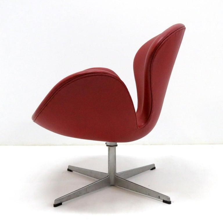 Mid-Century Modern Early Arne Jacobsen 'Swan Chair' by Fritz Hansen For Sale