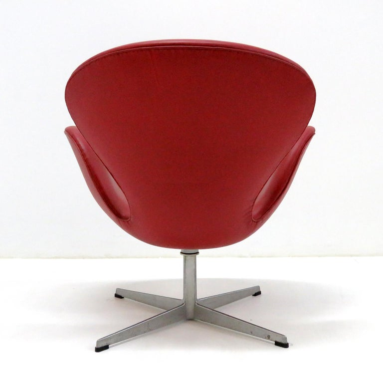 Early Arne Jacobsen 'Swan Chair' by Fritz Hansen In Good Condition For Sale In Los Angeles, CA