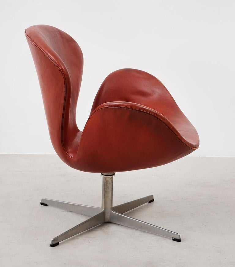 An early example of the Swan chair by Arne Jacobsen in original cognac leather. Manufactured by Fritz Hansen, Denmark, 1970s.