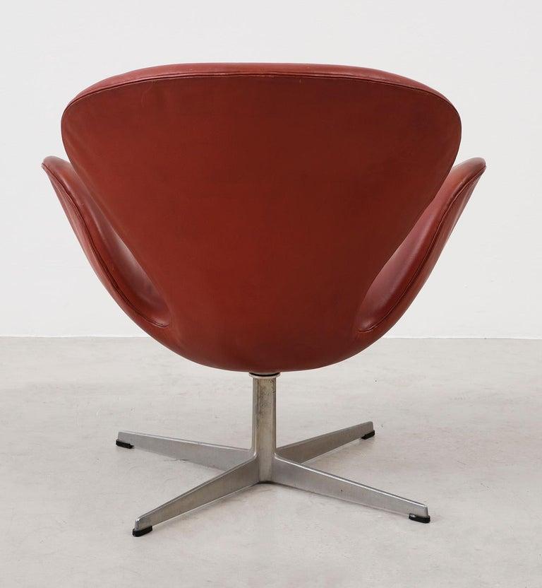 Mid-Century Modern Early Arne Jacobsen Swan Chair in Original Leather