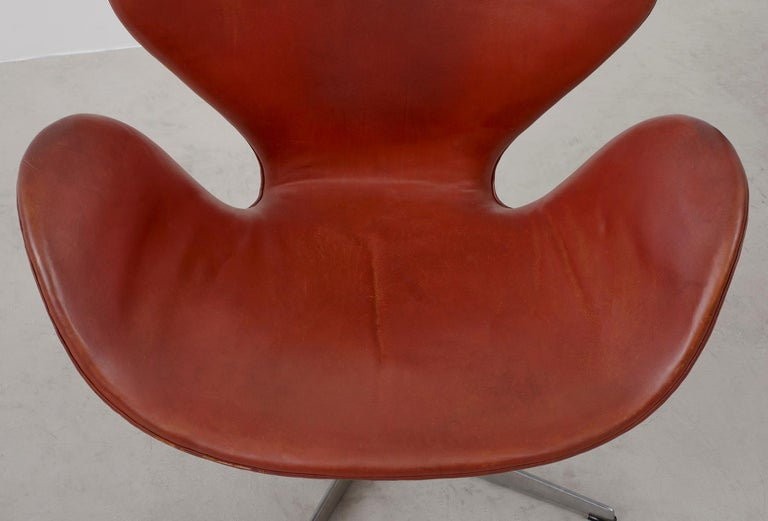Early Arne Jacobsen Swan Chair in Original Leather In Good Condition In Santa Fe, NM