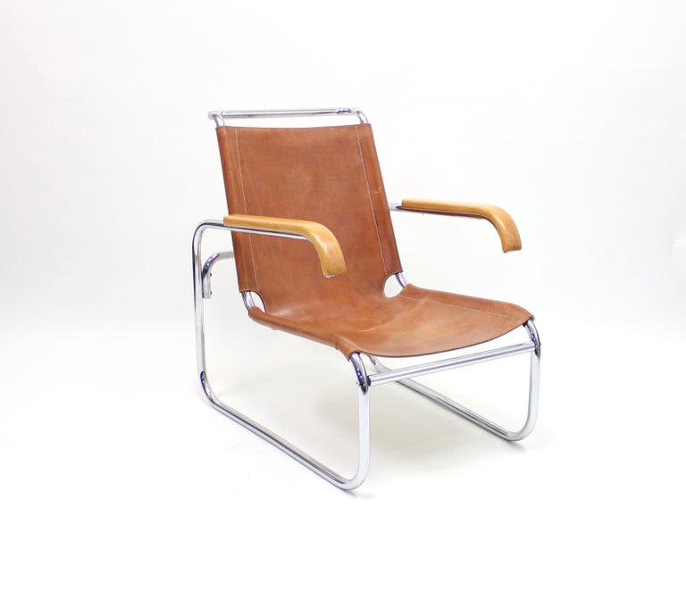 Very early example from the 1930s of the classical B35 model designed by Marcel Breuer for Thonet in the very last years of the 1920s. The leather has great patina and is definitely early but possibly a later addition and has been stabilized at some