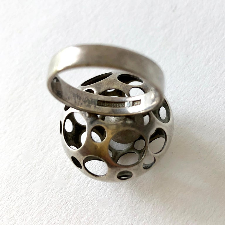 Early Liisa Vitali Finnish Modernist Sterling Silver Kinetic Ball Ring In Good Condition For Sale In Los Angeles, CA