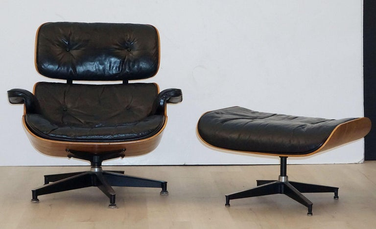 Mid-Century Modern Early Production Charles and Ray Eames Rosewood Lounge Chair with Ottoman For Sale