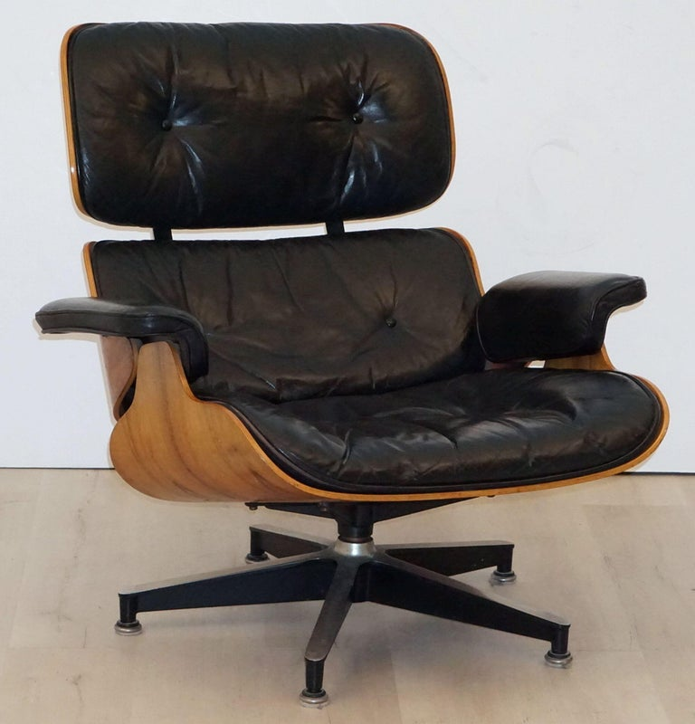 Early Production Charles and Ray Eames Rosewood Lounge Chair with Ottoman In Good Condition For Sale In Austin, TX