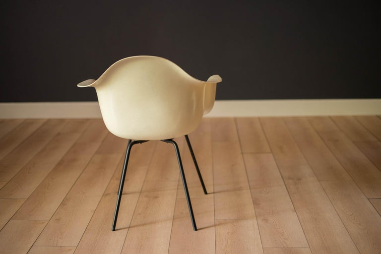 Early Zenith Parchment DAX Fiberglass Shell Armchair for Herman Miller In Good Condition For Sale In San Jose, CA