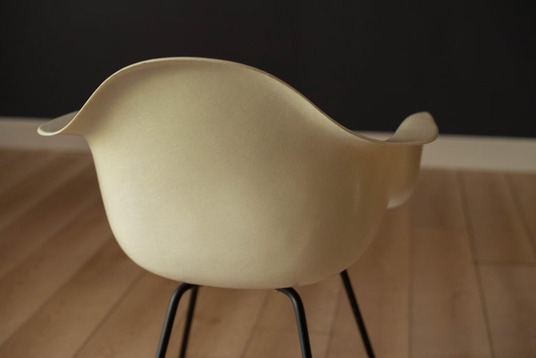 Mid-20th Century Early Zenith Parchment DAX Fiberglass Shell Armchair for Herman Miller For Sale