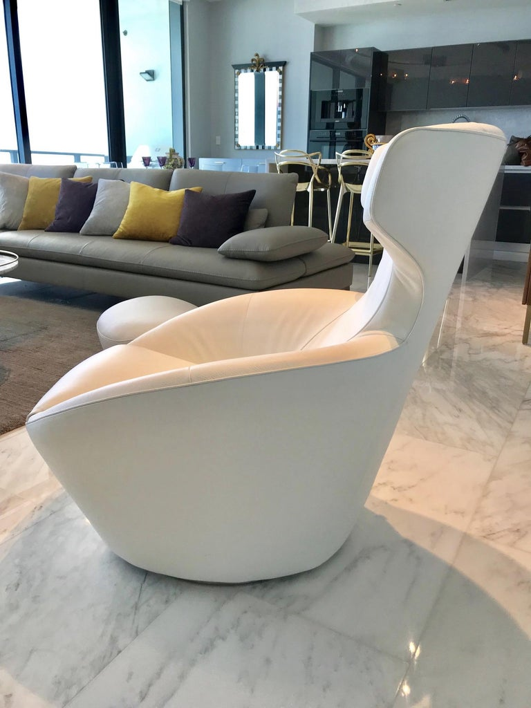 French Edito Swivel Lounge Chair in White Leather by Roche Bobois For Sale