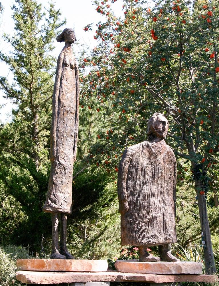 Horizontes (Horizons), Eduardo Oropeza, bronze friends sculpture, monumental - Gold Figurative Sculpture by Eduardo Oropeza