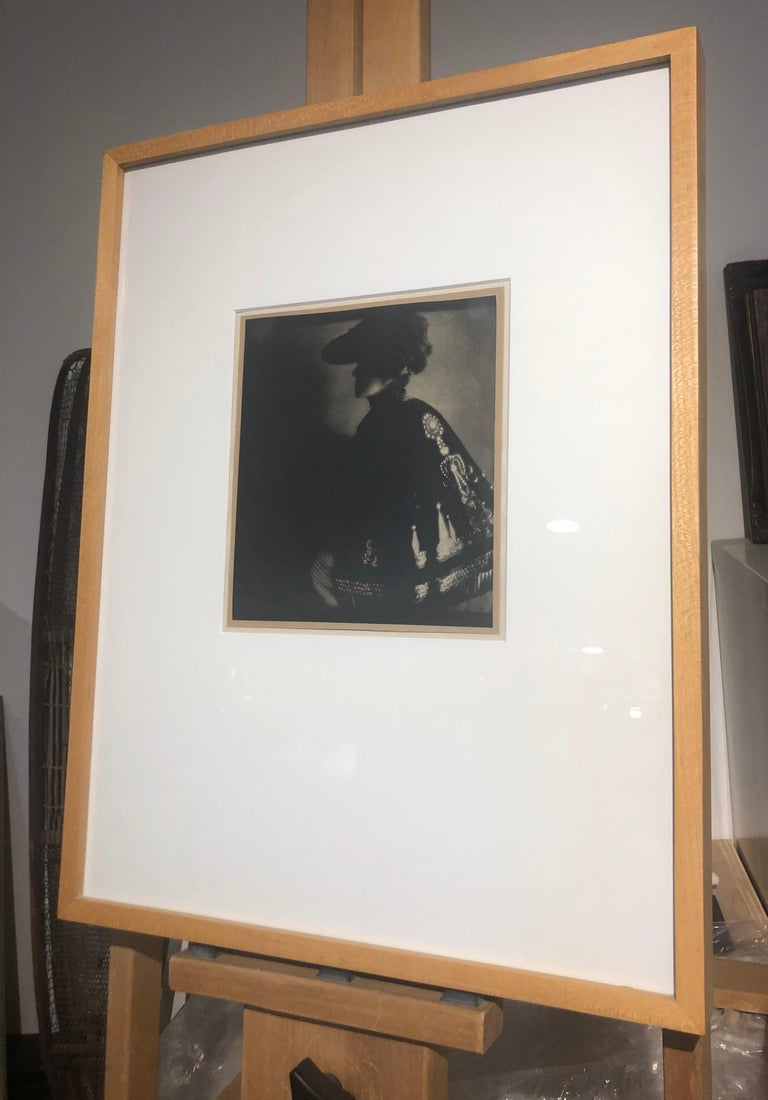 Poster Lady, 1906, from Camerawork, Steichen Supplement, photogravure - Photograph by Edward Steichen