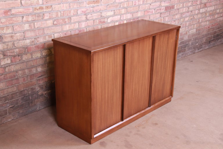 Edward Wormley for Drexel Precedent Elm Wood Sideboard or Bar Cabinet, 1950s In Good Condition For Sale In South Bend, IN
