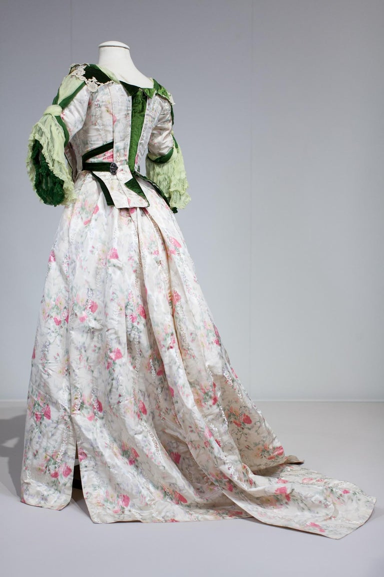 Edwardian French Couture Ball-gown with furbelows on Chiné Silk Circa 1900 For Sale 5