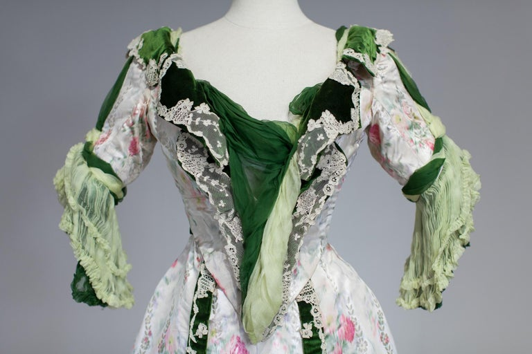 Edwardian French Couture Ball-gown with furbelows on Chiné Silk Circa 1900 For Sale 2