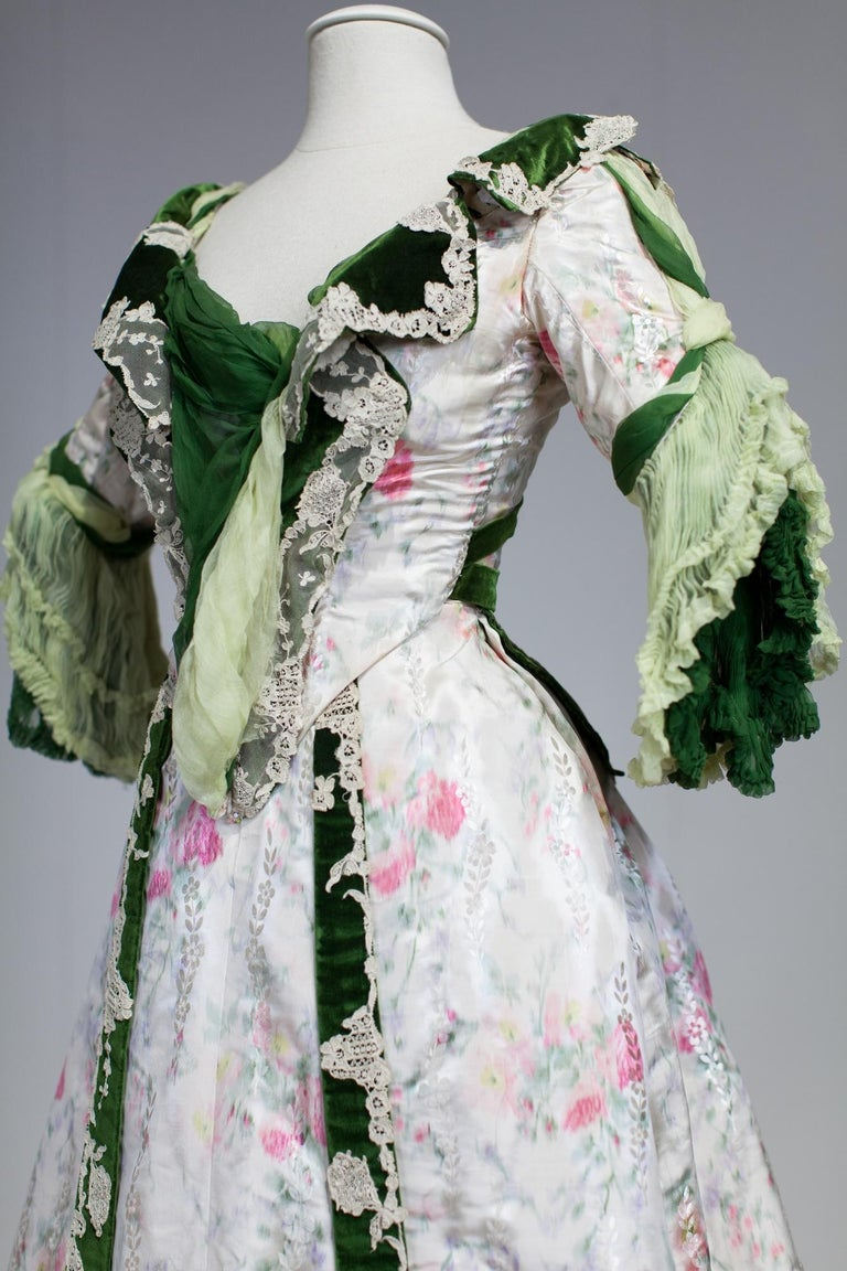 Edwardian French Couture Ball-gown with furbelows on Chiné Silk Circa 1900 For Sale 3