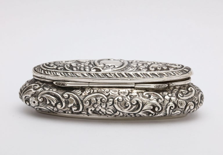 Edwardian Period Sterling Silver Oval Trinkets Box with Hinged Lid In Good Condition For Sale In New York, NY