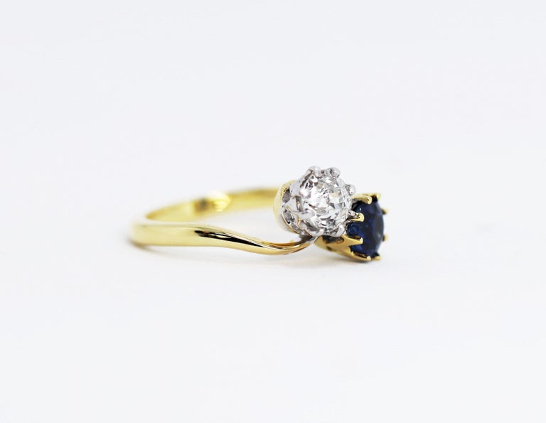Edwardian Sapphire and Old Mine Cut Diamond Two-Stone Twist Engagement Ring In Good Condition For Sale In London, GB