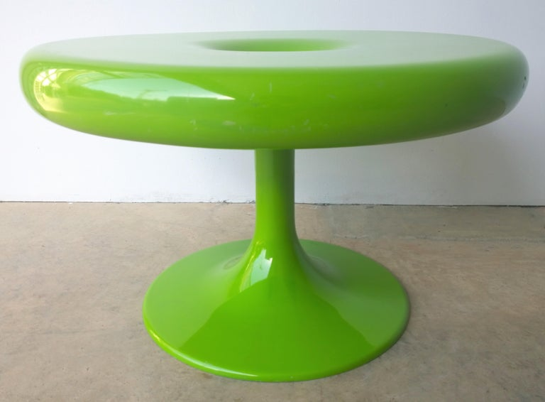 Offered is a Mid-Century Modern Eero Aarnio Kantarelli for Asko of Finland molded plastic / fiberglass round top with pedestal occasional / side table / small cocktail or coffee table in apple / Chartreuse green. This molded plastic occasional /