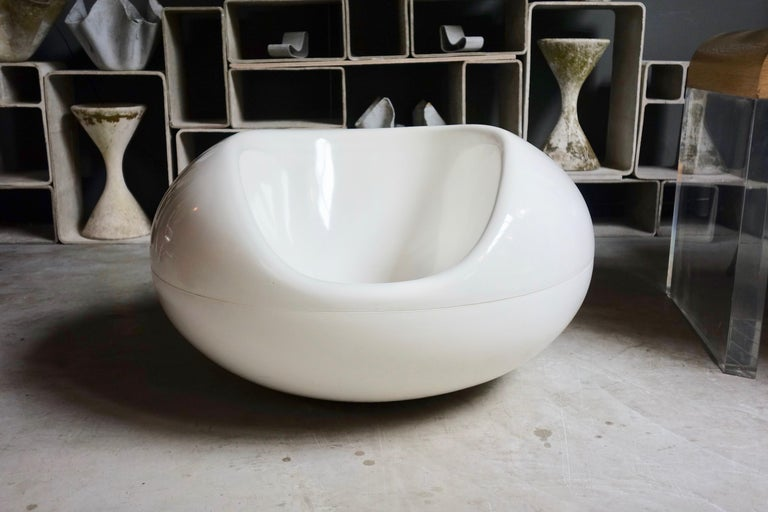 Playful white fiberglass Pastil chair by Finnish designer Eero Aarnio. Chair is meant to rock and swivel. Made for indoors and outdoors. Great color and Classic design. Even floats in the Pool! Very good condition, some crazing on seat and on