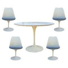 Eero Saarinen for Knoll Round Tulip Dining Table and Set of Four Chairs