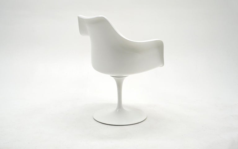 American Eero Saarinen for Knoll Tulip Swivel Chair with Arms, White, Red, Excellent