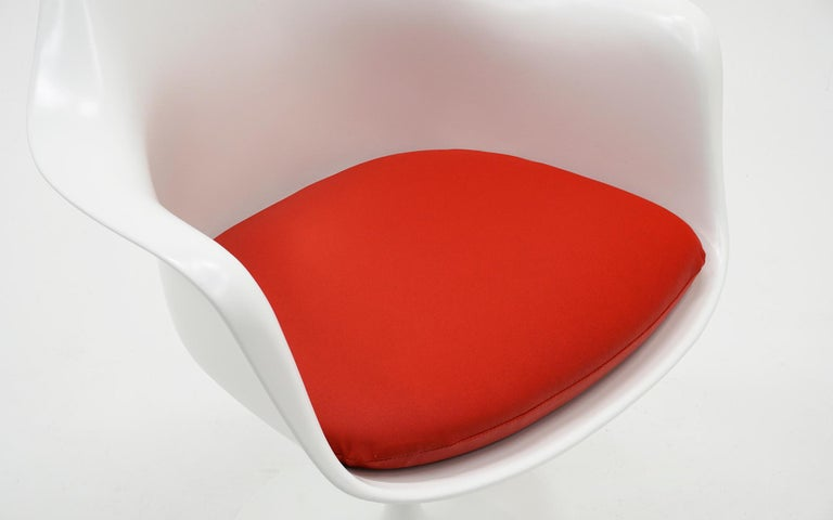 Eero Saarinen for Knoll Tulip Swivel Chair with Arms, White, Red, Excellent  In Excellent Condition In Kansas City, MO