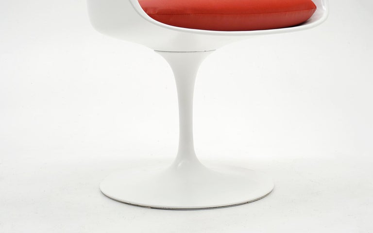 Mid-20th Century Eero Saarinen for Knoll Tulip Swivel Chair with Arms, White, Red, Excellent