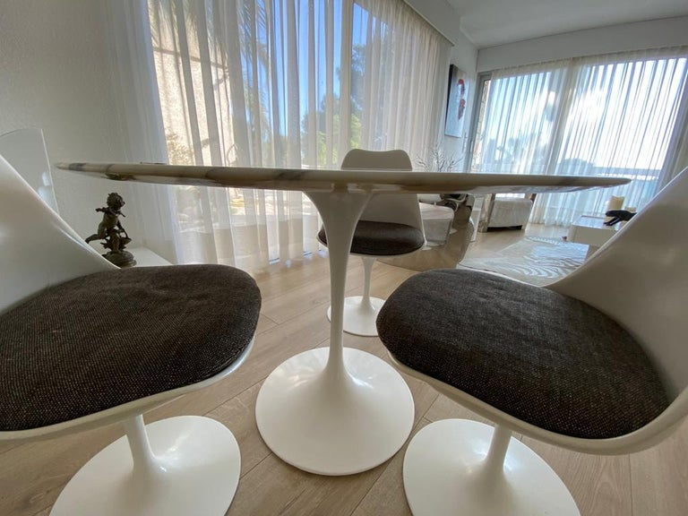 Eero Saarinen (1910-1961) & Knoll International Tulip, modèle created, 1956. Round table, Rilsan sheathed cast aluminum base signed Knoll under the feet Circular white marble-top 107 cm diameter chamfered on the underside of its perimeter Table